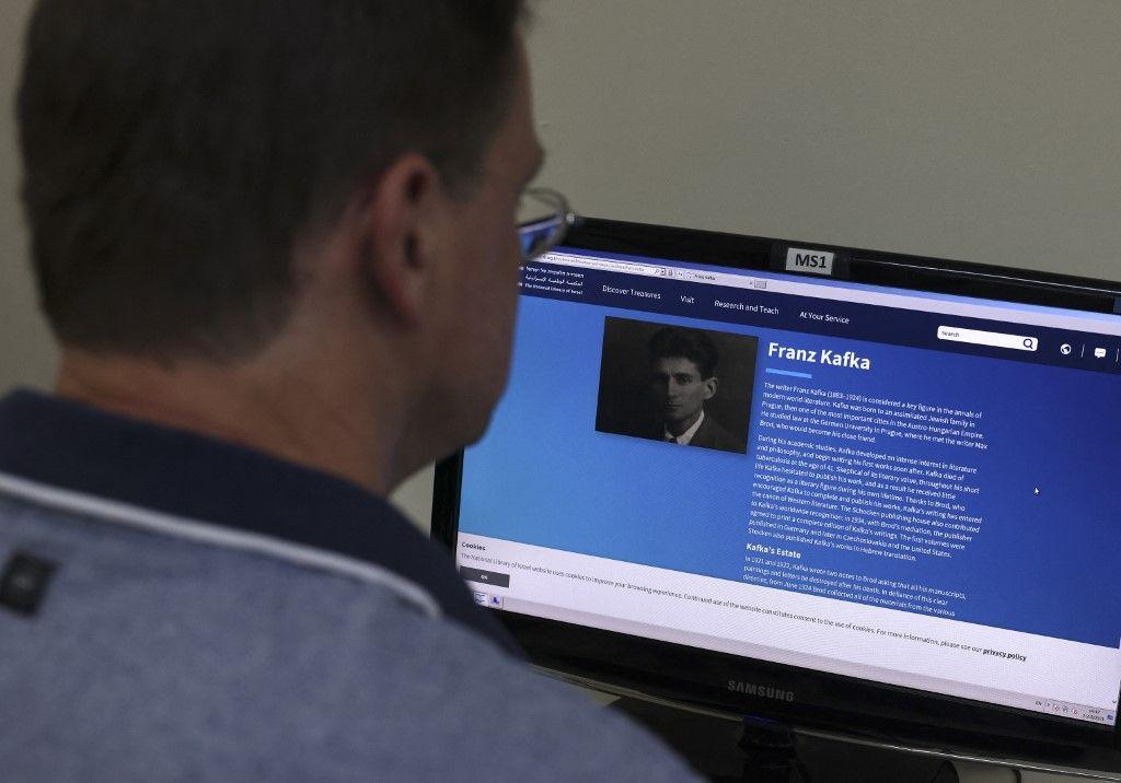 Un homme consulte le site d'une bibliothèque à Jérusalem, le 31 mai 2021.