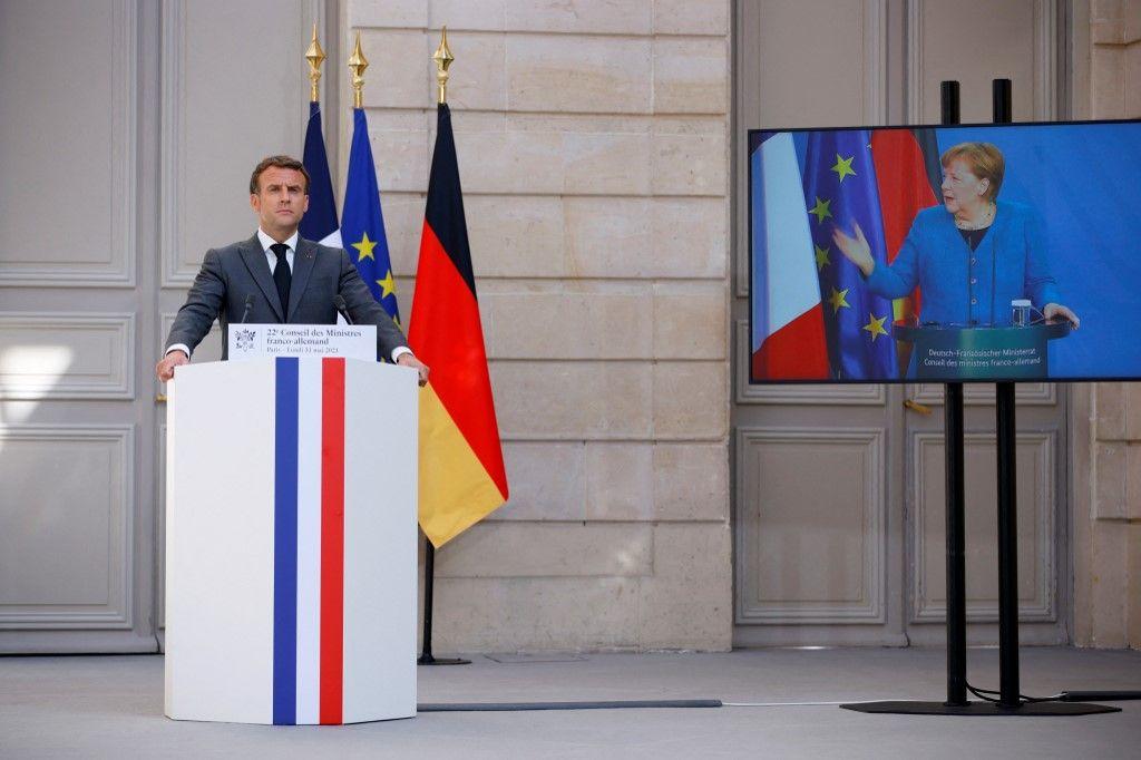 Le président français Emmanuel Macron lors d'une conférence de presse conjointe avec la chancelière allemande Angela Merkel lors de la 22e visioconférence du Conseil ministériel franco-allemand à l'Elysée, le 31 mai 2021.