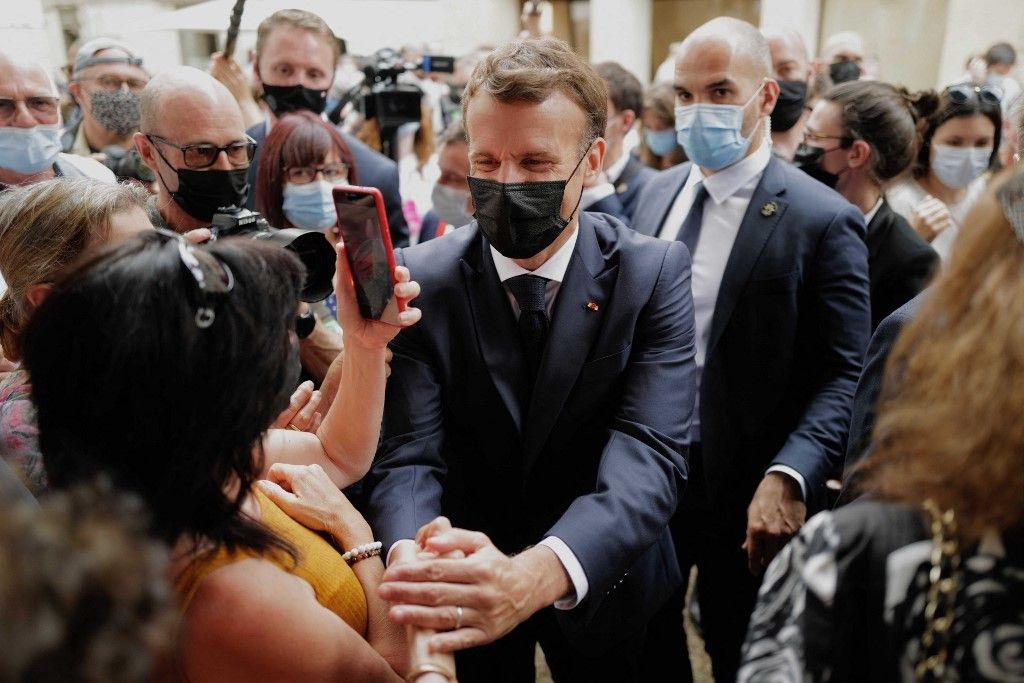 Emmanuel Macron rencontre des Français le 3 juin 2021 à Martel lors d'une visite de deux jours dans le département du Lot, première étape d'une tournée nationale.
