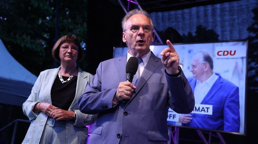 Le premier ministre chrétien-démocrate de Saxe-Anhalt, Reiner Haseloff, et son épouse Gabriele Haseloff s'adressent aux membres et partisans du parti CDU à Magdebourg, en Allemagne, le 6 juin 2021.