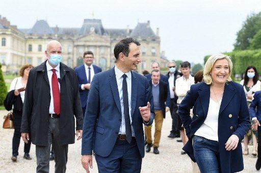 Marine Le Pen et Laurent Jacobelli, tête de liste RN aux élections régionales dans le Grand Est.