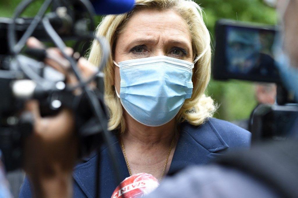 La présidente du Rassemblement National, Marine Le Pen, s'adresse à la presse lors d'une visite dans le parc du château de Lunéville, le 8 juin 2021.