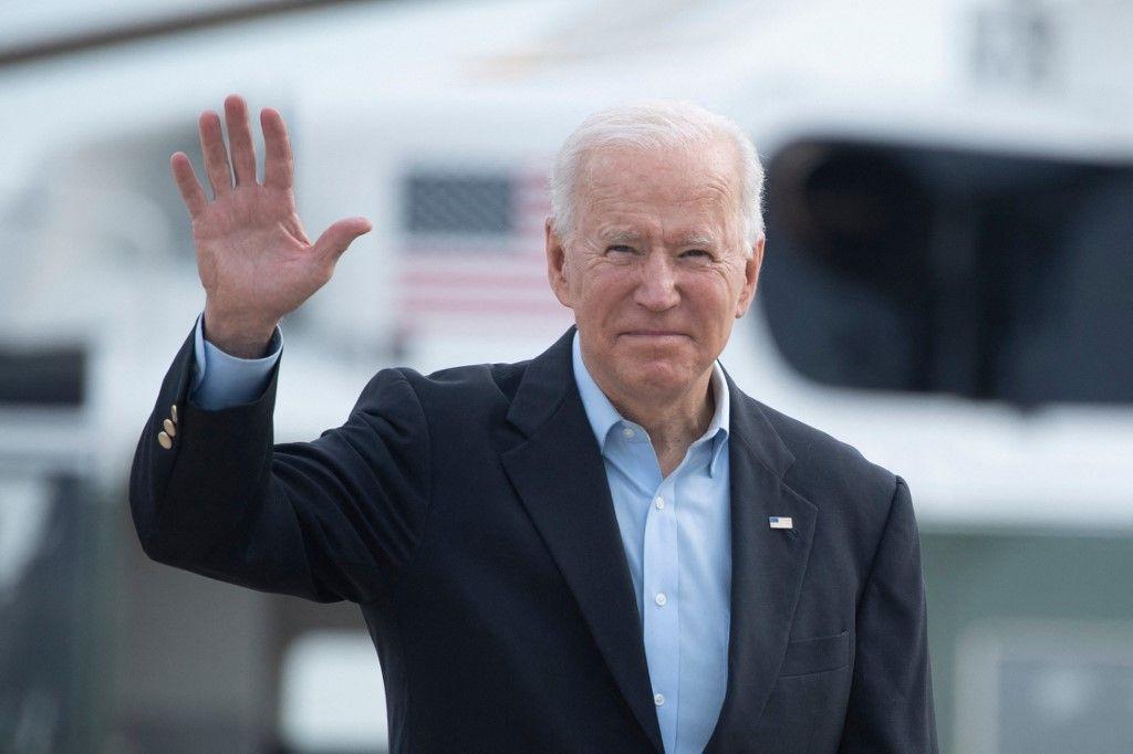Le président américain Joe Biden monte à bord d'Air Force One avant de partir pour le Royaume-Uni et l'Europe pour assister à une série de sommets le 9 juin 2021.