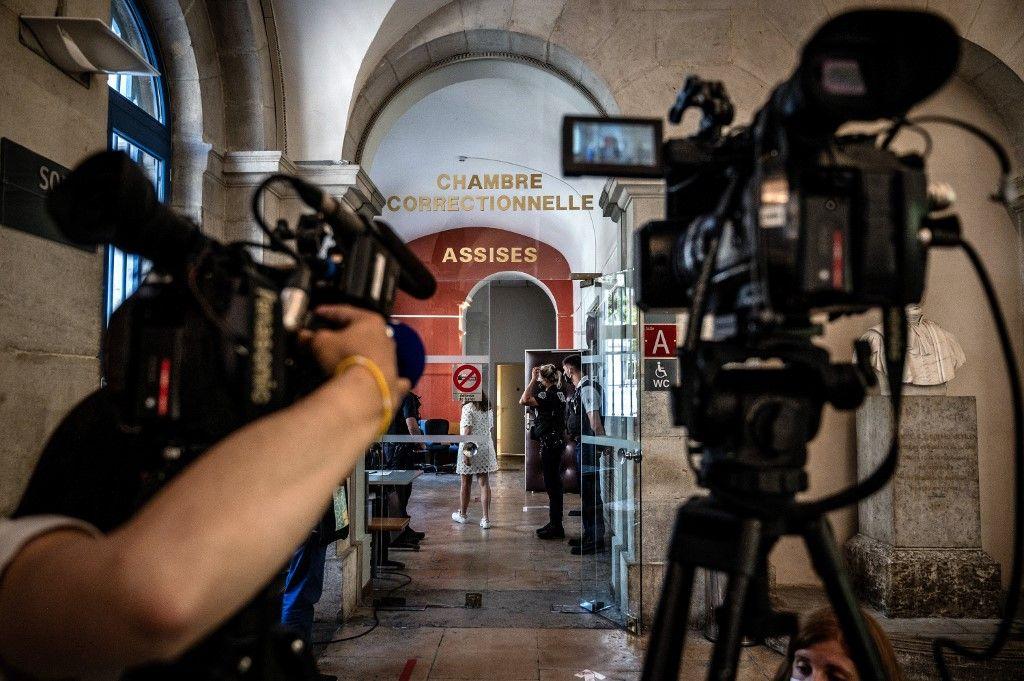 Des journalistes devant le tribunal de Valence le 10 juin 2021 alors que l'homme de 28 ans qui a giflé Emmanuel Macron comparaît pour la première fois devant le tribunal.