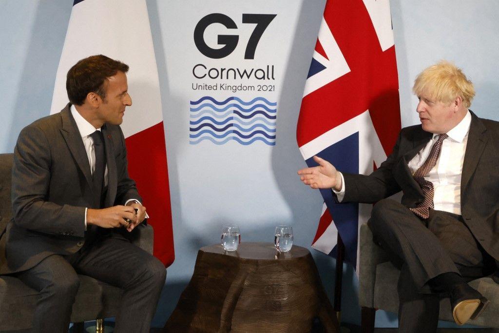 Le Premier ministre britannique Boris Johnson et le président français Emmanuel Macron participent à une réunion bilatérale lors du sommet du G7 à Carbis Bay, en Cornouailles, le 12 juin 2021.