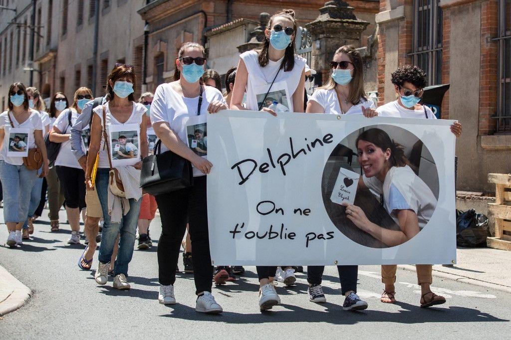 Des collègues et des proches de Delphine Jublar, disparue en décembre 2020, participent à un rassemblement à Albi, le 12 juin 2021.