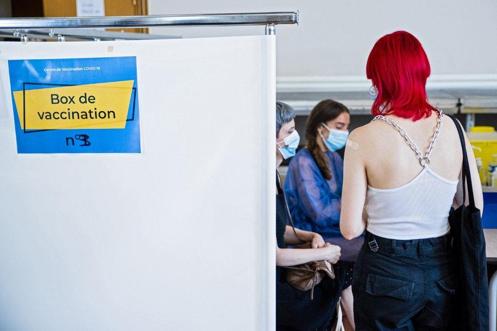 Une jeune femme après sa vaccination, le 15 juin à Paris.
