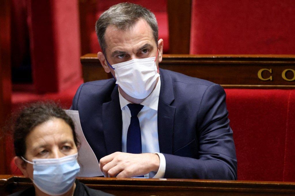 Le ministre français de la Santé, Olivier Véran, assiste à une séance de questions au gouvernement à l'Assemblée nationale, à Paris, le 15 juin 2021.