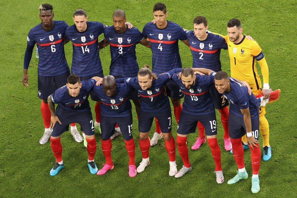 Les joueurs de l'équipe de France posent pour la photo officielle au début du match de l'UEFA EURO 2020 entre la France et l'Allemagne à l'Allianz Arena de Munich le 15 juin 2021.