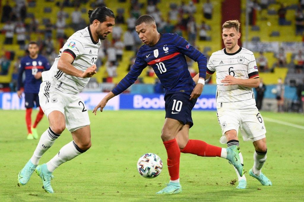 L'attaquant français Kylian Mbappe et le défenseur allemand Emre Can et le milieu de terrain allemand Joshua Kimmich lors du match de l'UEFA EURO 2020 entre la France et l'Allemagne, le 15 juin 2021.