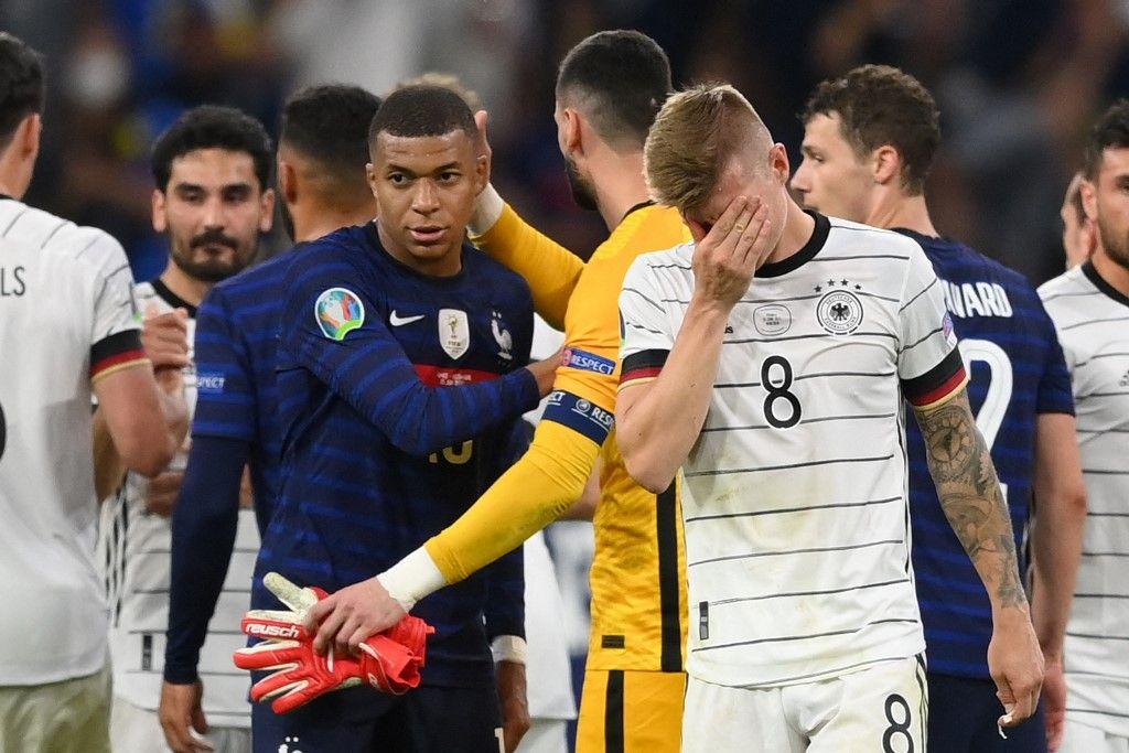Les joueurs français et allemands à l'issue de la rencontre France - Allemagne le 15 juin 2021 dans le cadre de l'Euro.