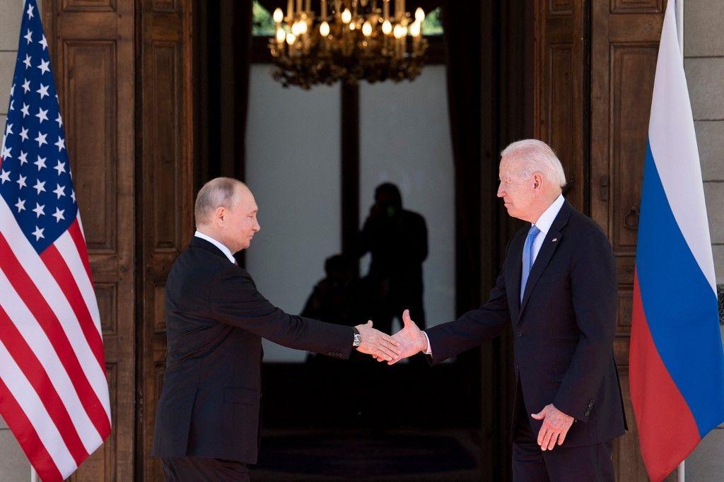 Le président russe Vladimir Poutine serre la main du président américain Joe Biden avant le sommet américano-russe à Genève, le 16 juin 2021.