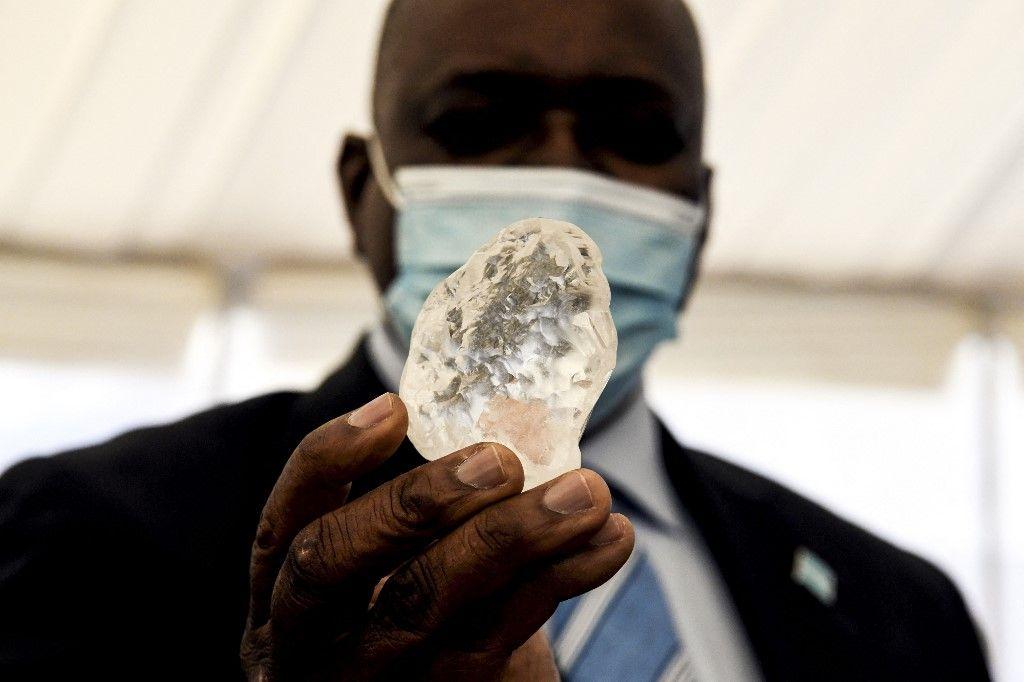 Le président botswanais Mokgweetsi Masisi tient entre ses mains un diamant à Gaborone, au Botswana, le 16 juin 2021.