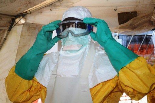 Un soignant de Médecins sans frontières revêtu d'une tenue de protection contre Ebola.
