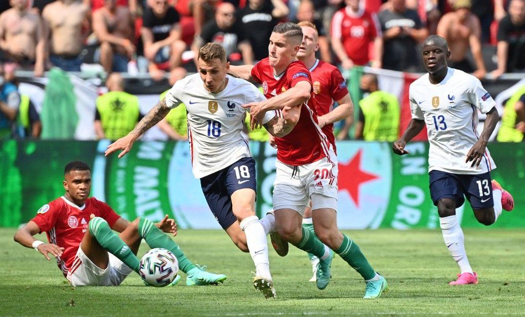 Le défenseur français Lucas Digne et l'attaquant hongrois Roland Sallai lors du match de football du Groupe F de l'UEFA EURO 2020 entre la Hongrie et la France au Puskas Arena de Budapest le 19 juin 2021.