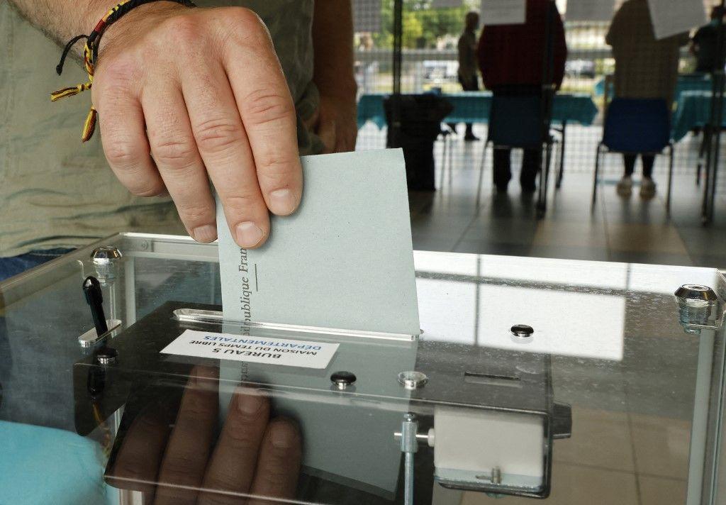 Un homme vote, dans le nord de la France, pour le premier tour des élections régionales françaises, le 20 juin 2021.