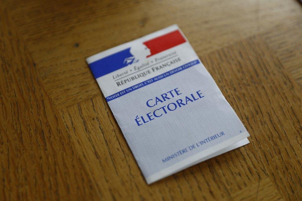 Une carte électorale dans un bureau de vote à Epaignes, dans le nord-ouest de la France, pour le premier tour des élections régionales françaises le 20 juin 2021