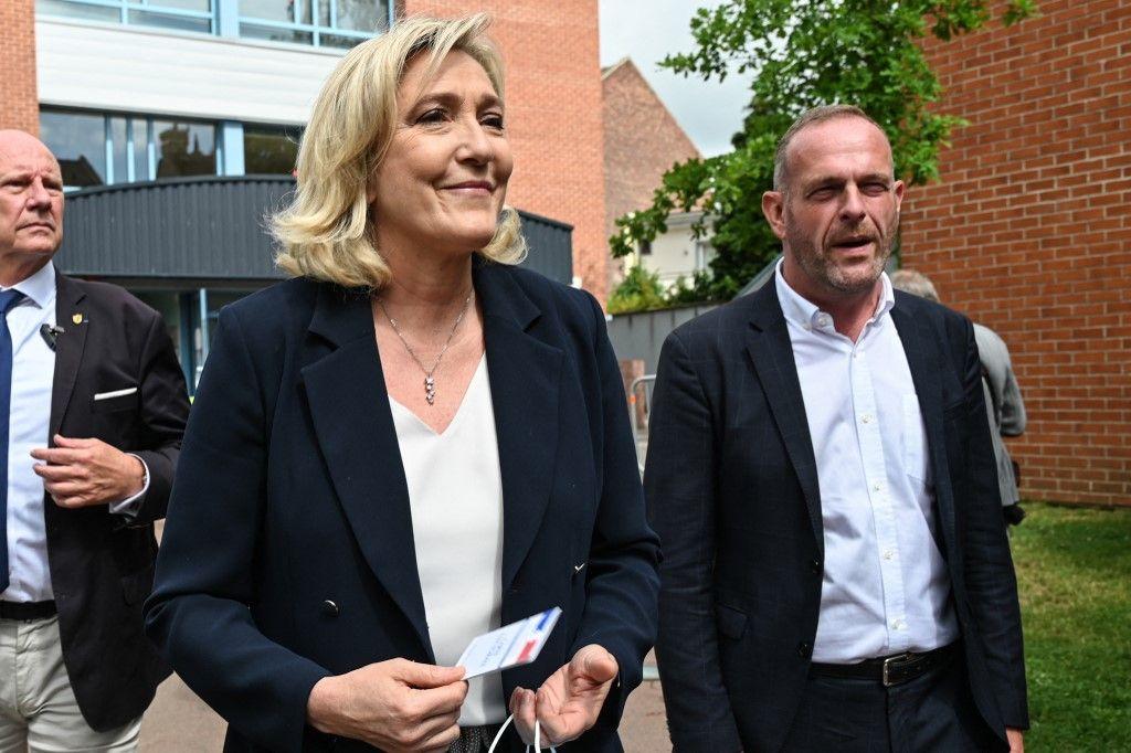 La présidente du Rassemblement National, Marine Le Pen, et le maire RN de Hénin-Beaumont, Steeve Briois, quittent un bureau de vote à Hénin-Beaumont, le 20 juin 2021.