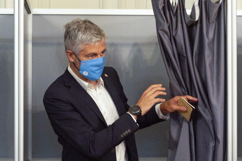 Le président de la région Auvergne-Rhône-Alpes, Laurent Wauquiez, quitte l'isoloir alors qu'il s'apprête à voter pour le premier tour des élections régionales françaises, le 20 juin 2021.