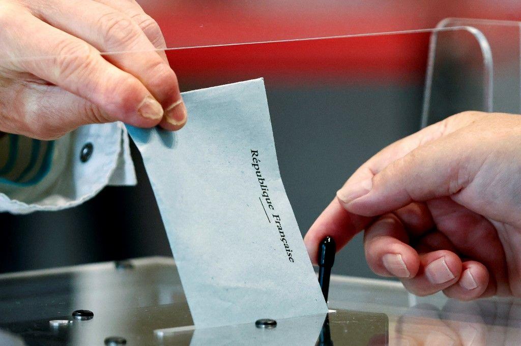 Un électeur vote dans un bureau de vote du Touquet, pour le premier tour des élections régionales, le 20 juin 2021.