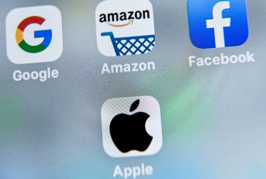 Les logos de Google, de Facebook, d'Apple et de l'application de la boutique en ligne d'Amazon sont affichés sur une tablette à Lille.