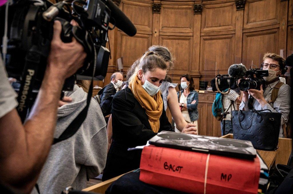 Valérie Bacot arrive avec sa famille au palais de justice de Chalon-sur-Saône, le 21 juin 2021, avant l'audience d'ouverture de son procès pour le meurtre de son beau-père devenu mari, qui l'a maltraitée depuis l'âge de 12 ans.