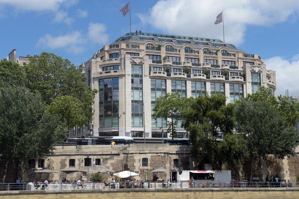 Une photographie montre l'immeuble de La Samaritaine, à Paris, le 18 juin 2021.
