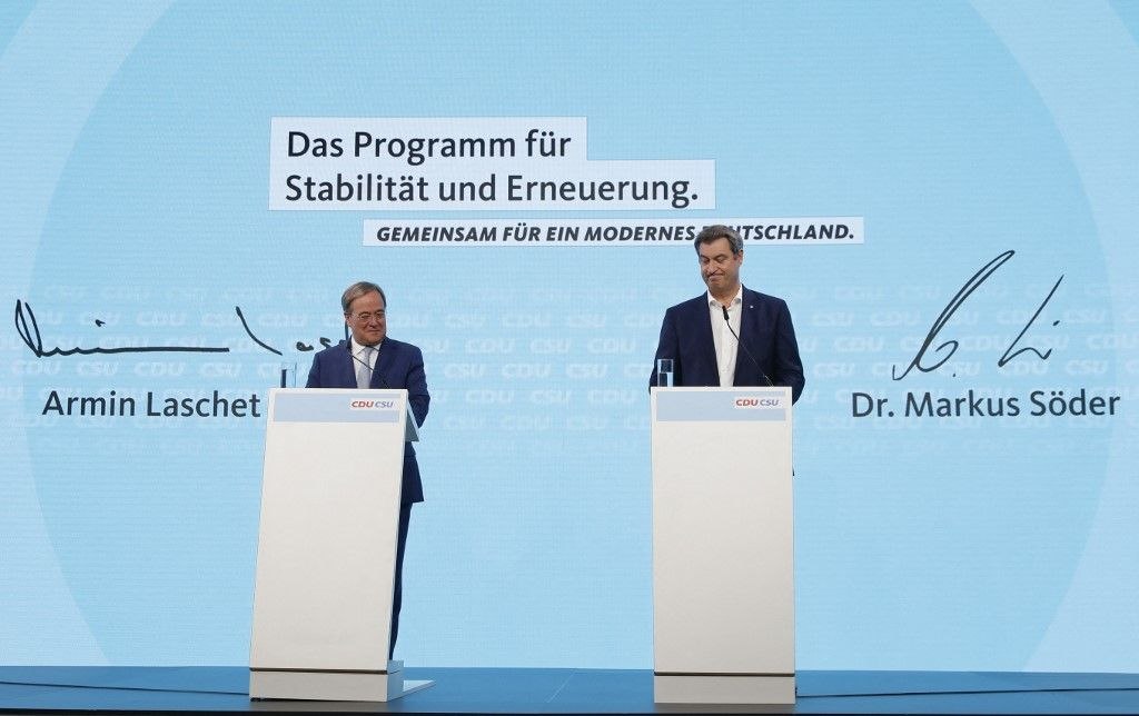 Le chef de la CDU, Armin Laschet, et le chef de la CSU, Markus Söder, signent un accord de coalition pour la campagne électorale lors d'une conférence de presse à Berlin, le 21 juin 2021.