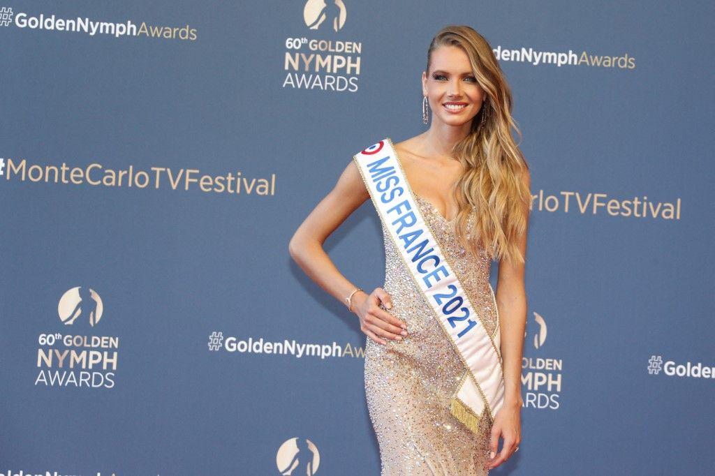 Amandine Petit, Miss France 2021, pose lors de la cérémonie de clôture du 60e Festival de Télévision de Monte-Carlo à Monaco, le 22 juin 2021.