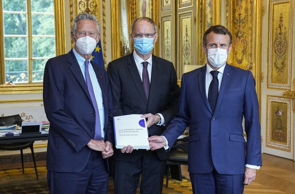 Les économistes français Olivier Blanchard et Jean Tirole présentent un rapport sur les principaux défis économiques au président Emmanuel Macron à l'Elysée, le 23 juin 2021.