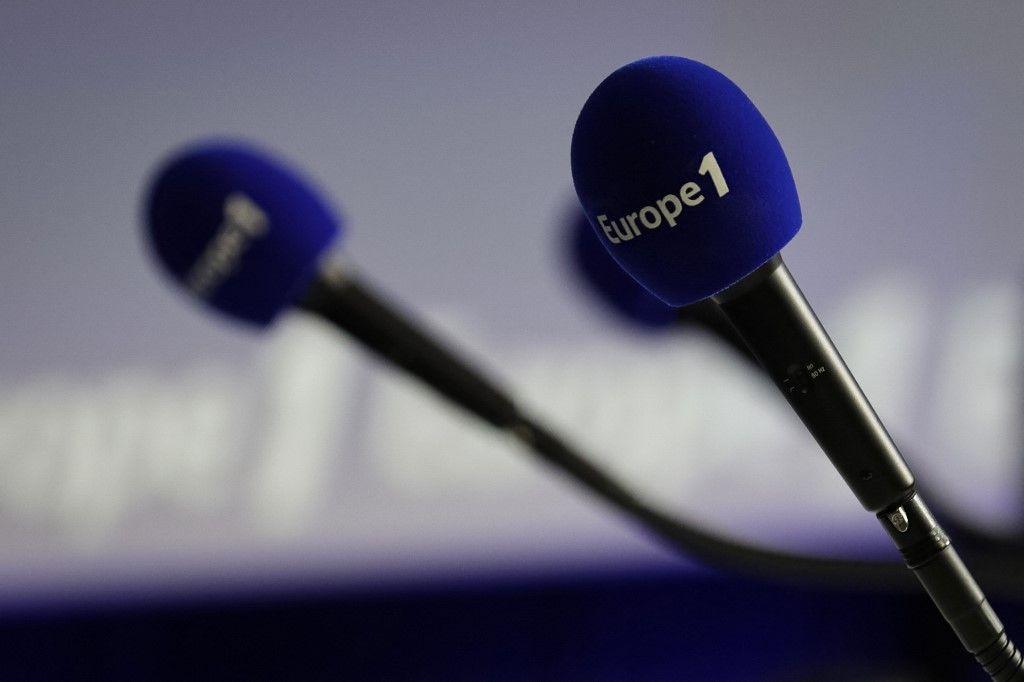 Une photo prise le 20 décembre 2018 montre des micros avec le logo Europe 1.