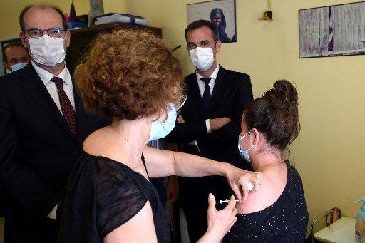 Jean Castex et Olivier Véran observant une personne se faire vacciner, le 24 juin à Mont-de-Marsan.