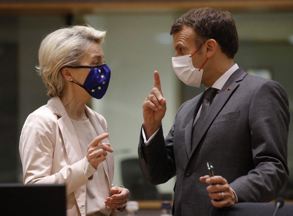 La présidente de la Commission européenne, Ursula von der Leyen, et le président français Emmanuel Macron discutent lors d'un sommet de l'Union européenne à Bruxelles, le 25 juin 2021.