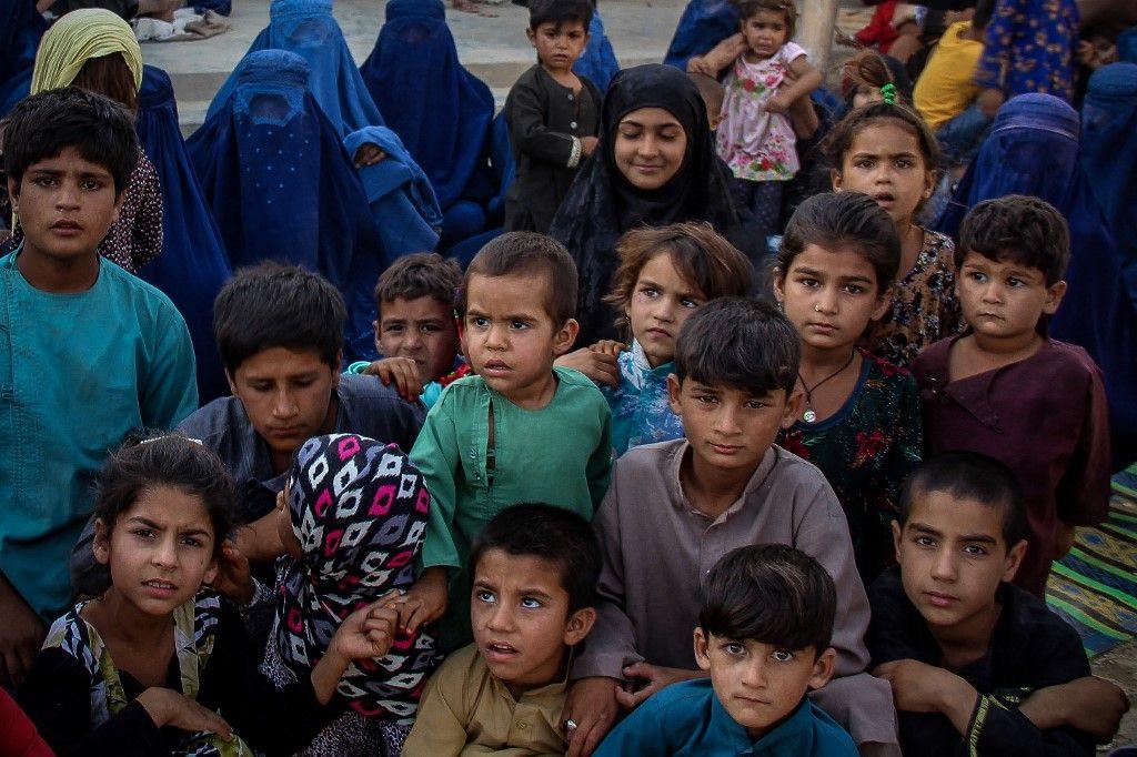 Des enfants de familles afghanes déplacées à l'intérieur du pays, qui ont fui en raison des combats entre les talibans et les forces de sécurité afghanes, dans la ville de Kunduz, le 26 juin 2021.