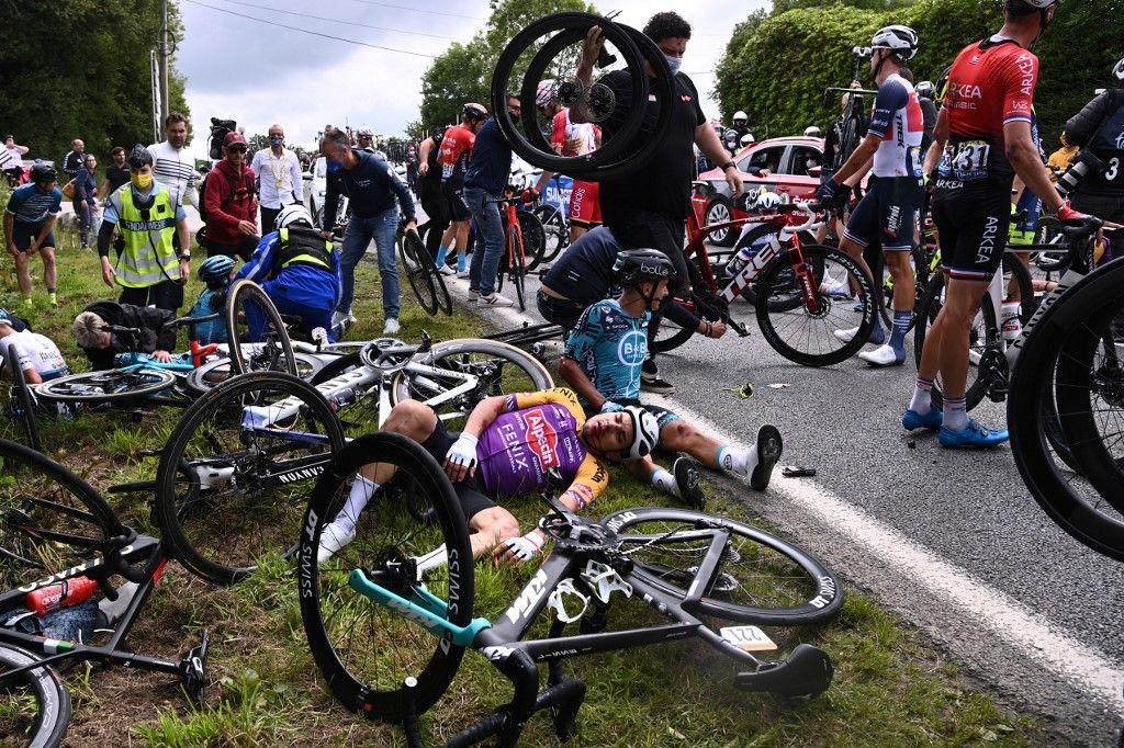 Bryan Coquard de l'équipe B&B KTM et un coureur de l'équipe Alpecin Fenix sont allongés au sol après une violente chute lors de la 1ère étape de la 108e édition du Tour de France cycliste, entre Brest et Landerneau, le 26 juin 2021.