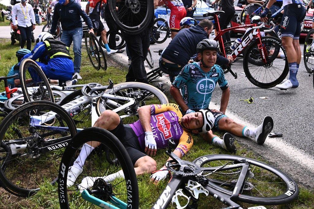 Bryan Coquard de l'équipe B&B KTM et un coureur de l'équipe Alpecin Fenix sont allongés au sol après une violente chute lors de la 1ère étape du Tour de France, entre Brest et Landerneau, le 26 juin 2021.