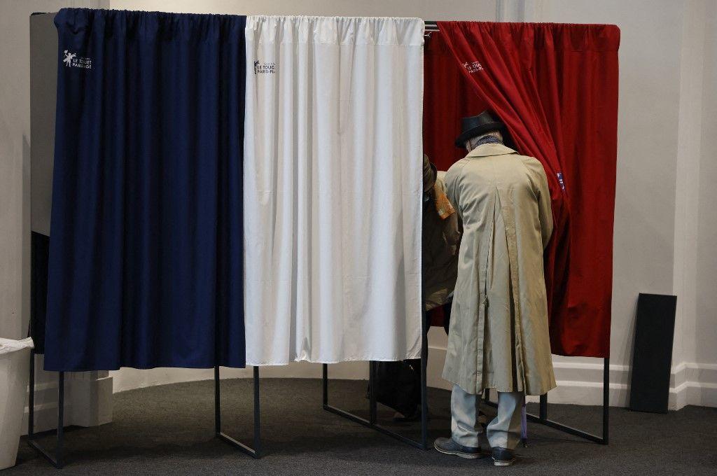 Un électeur pénètre dans un isoloir dans un bureau de vote du Touquet, pour le second tour des élections régionales françaises, le 27 juin 2021.