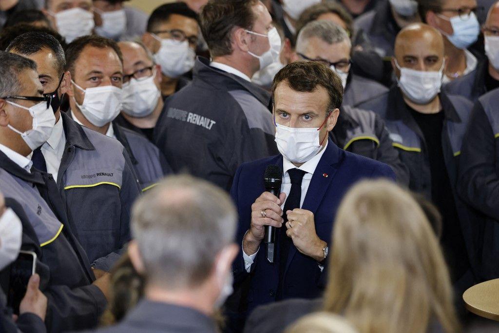 Emmanuel Macron s'adresse aux travailleurs lors de sa visite, le 28 juin 2021, sur le site de la future usine du groupe japonais Envision AESC, où Renault SA développe un centre de fabrication de véhicules électriques, à Douai.