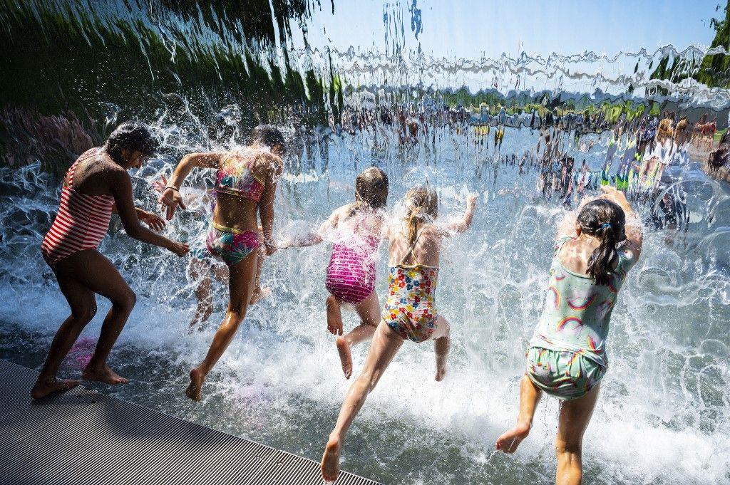 Des jeunes filles dans une cascade dans un parc de Washington, le 28 juin 2021, alors qu'une vague de chaleur se propage sur une grande partie des États-Unis et du Canada.