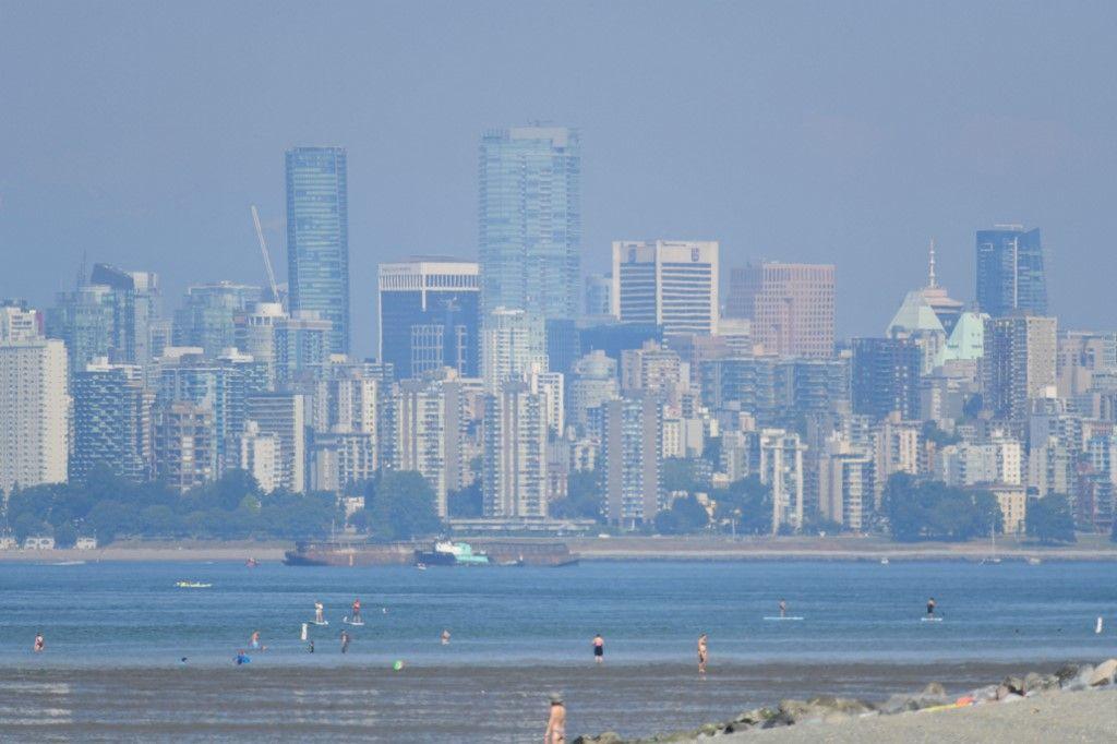 La ville de Vancouver est vue à travers une brume par une journée torride, le 29 juin 2021.