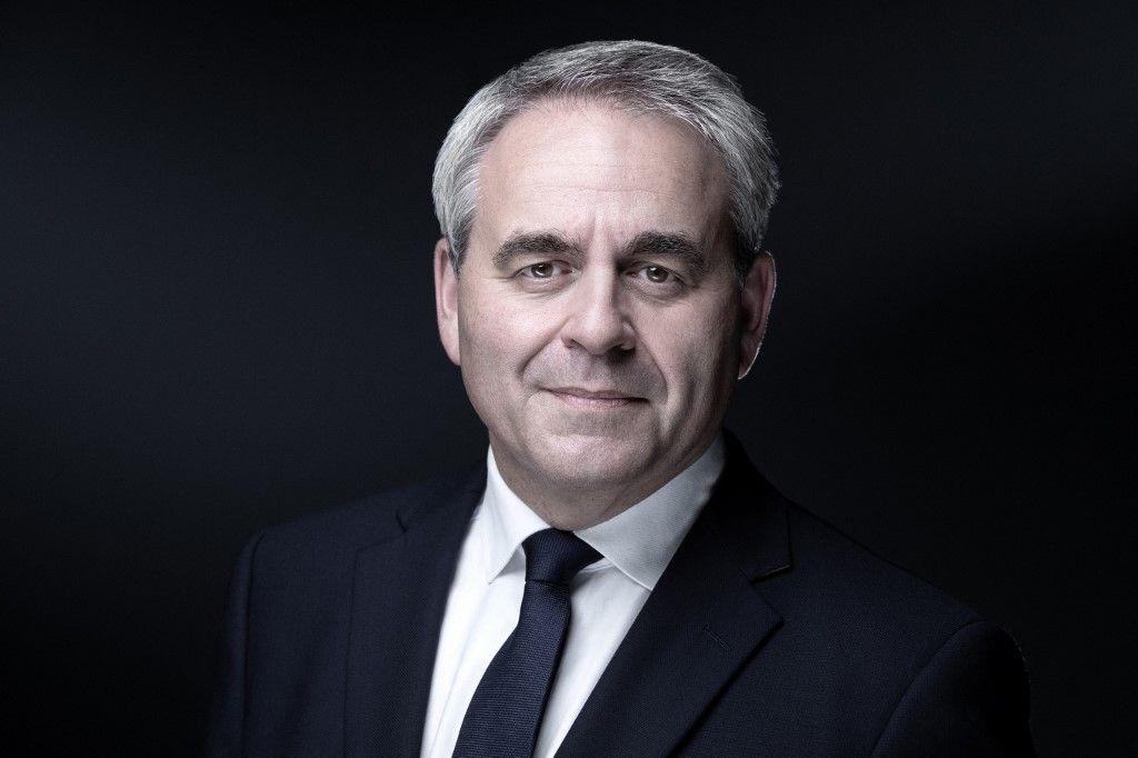 Le président de la région des Hauts-de-France, Xavier Bertrand, et candidat à l'élection présidentielle de 2022 pose lors d'une séance photo à Paris, le 1er juillet 2021.