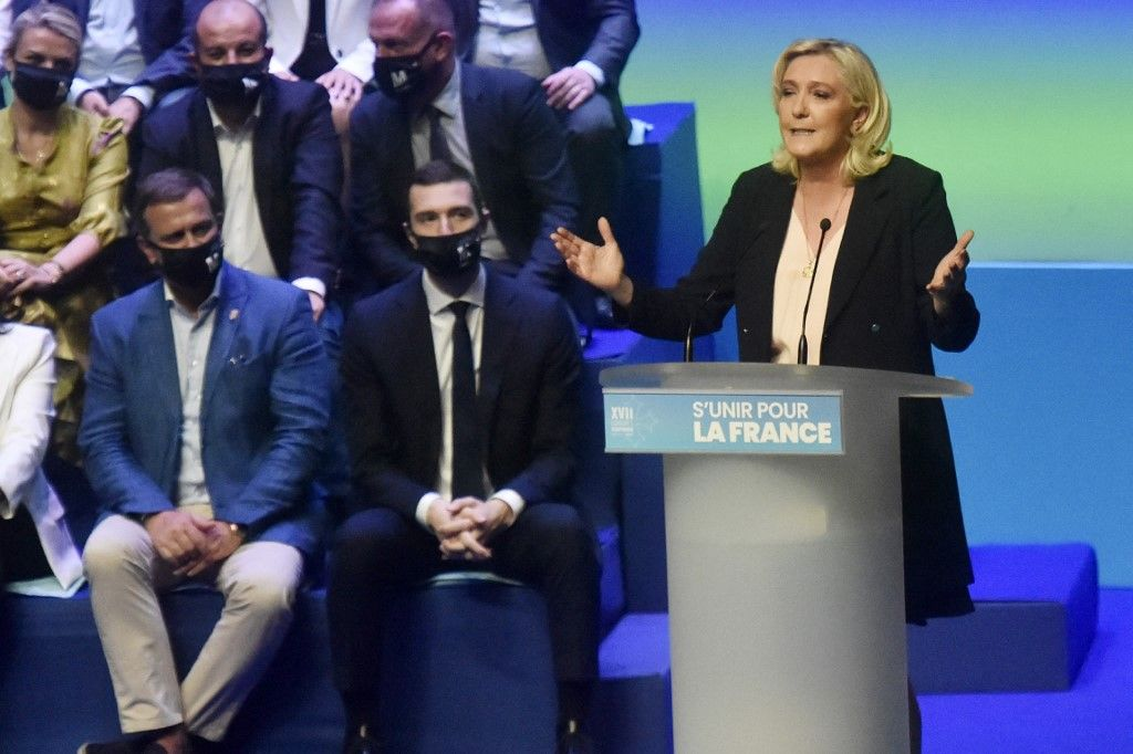 Marine Le Pen, présidente du Rassemblement national, prononce un discours sur scène lors du congrès du parti à Perpignan, le 4 juillet 2021.