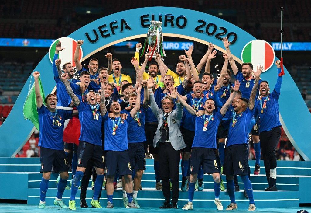 Les joueurs italiens soulèvent le trophée du Championnat d'Europe lors de la cérémonie officielle après la victoire de l'Italie lors de la finale de l'UEFA EURO 2020 face à l'Angleterre, le 11 juillet 2021.