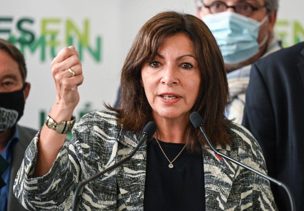 """La maire de Paris Anne Hidalgo s'exprime aux côtés des membres du Parti socialiste lors d'une conférence de presse dans le cadre de la journée des """"Idées en Commun"""", à Villeurbanne, le 12 juillet 2021."""