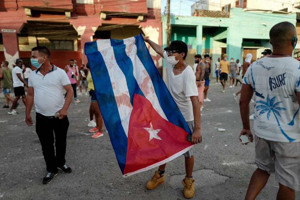 Un homme brandit un drapeau cubain lors d'une manifestation contre le gouvernement du président cubain Miguel Diaz-Canel à La Havane, le 11 juillet 2021.