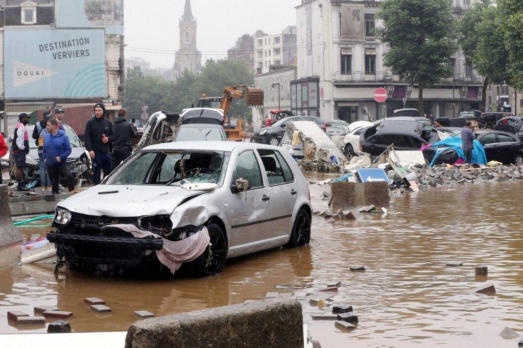 Une photo prise le 15 juillet 2021 montre des voitures endommagées dans une rue inondée de la ville belge de Verviers, après de fortes pluies et des inondations qui ont frappé l'Europe.