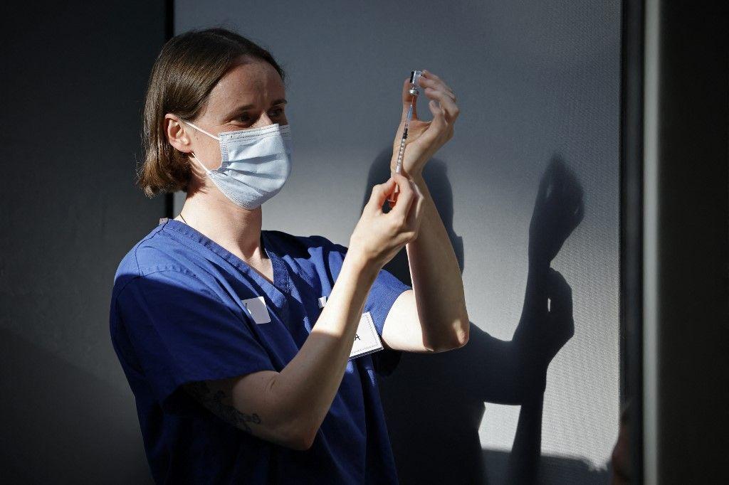 Une membre du personnel soignant prépare une dose du vaccin Pfizer-BioNTech dans un centre de vaccination à la Tate Modern, à Londres, le 16 juillet 2021.