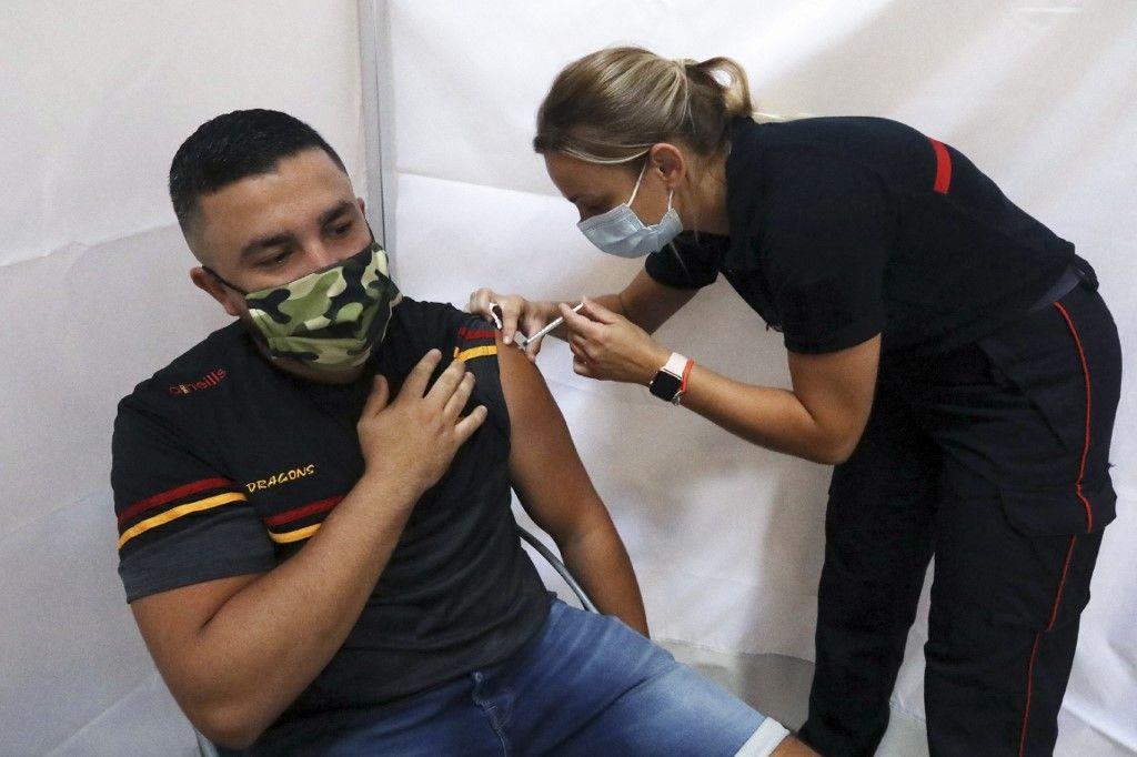 Un homme reçoit une dose d'un vaccin contre la Covid-19 dans un centre de vaccination de Perpignan, dans le sud de la France, le 18 juillet 2021.