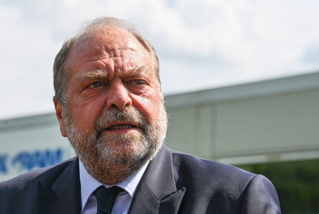 """Le ministre de la Justice, Eric Dupond-Moretti, s'adresse à la presse lors d'une visite à Beauvais pour marquer la commande et le déploiement de 3000 téléphones """"grave danger"""" pour les victimes de violences conjugales, le 19 juillet 2021"""