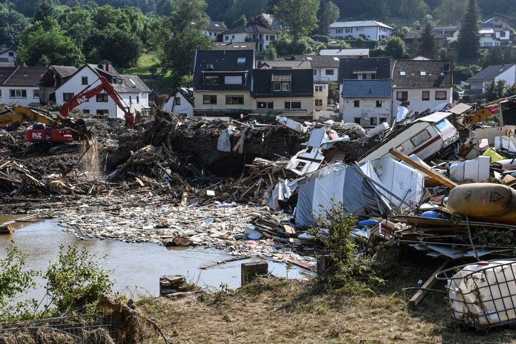 Des habitations, des véhicules et des débris démolis à Kreuzberg, en Rhénanie-Palatinat, dans l'ouest de l'Allemagne, le 20 juillet 2021, après des inondations dévastatrices qui ont frappé la région.